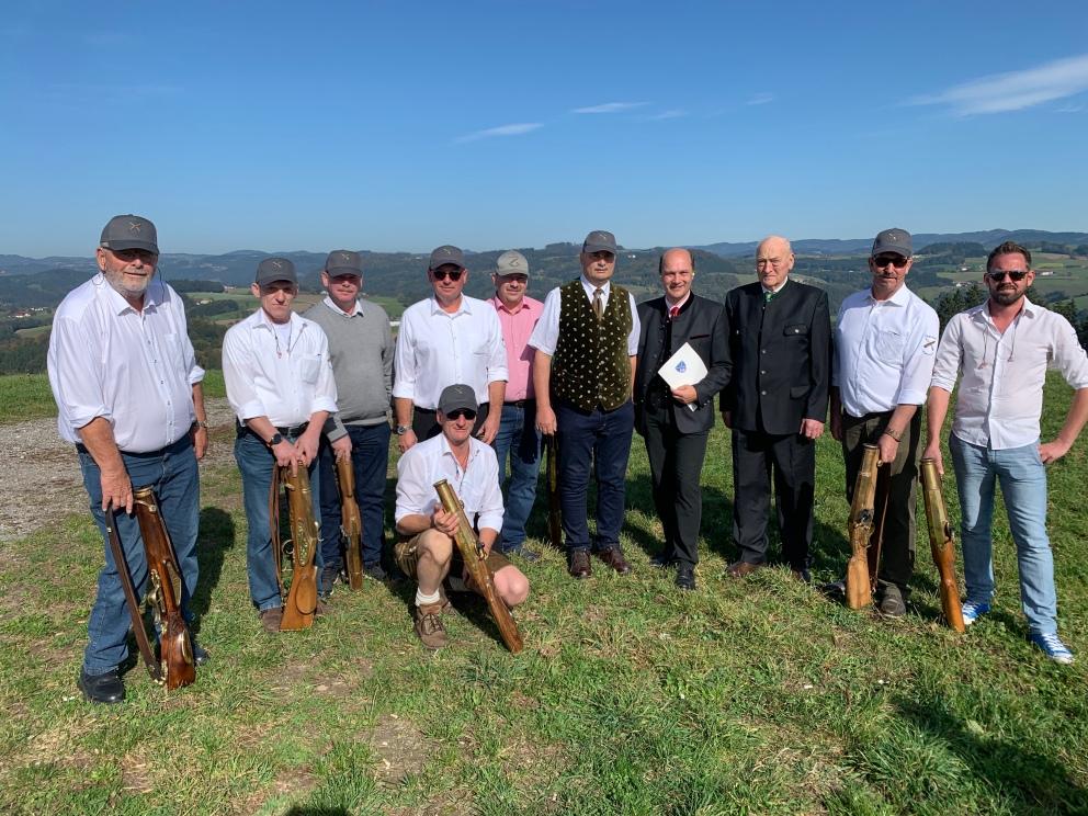 Eine Prangerstutzenschützen-Abordnung war zum Jubiläum auch am Kollmitzberg und feuerte für das Geburtstagskind einige Salutschüsse ab.